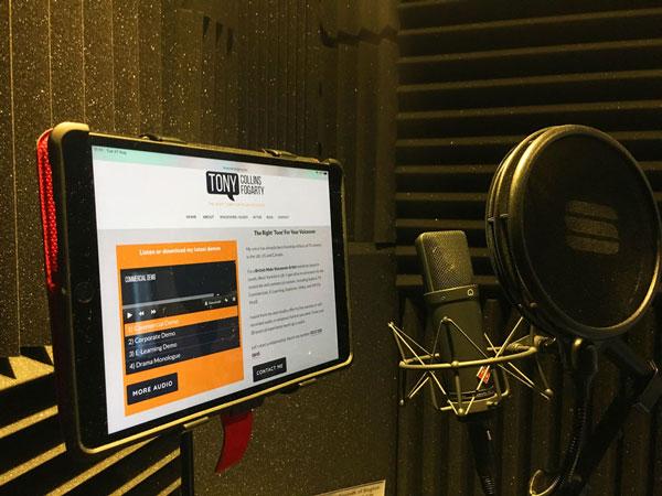 La cabine de voix-off de l'artiste britannique Tony Collins Fogarty.  Un acteur masculin de langue maternelle anglaise.  Studio à distance pour les sessions en direct et enregistrées.