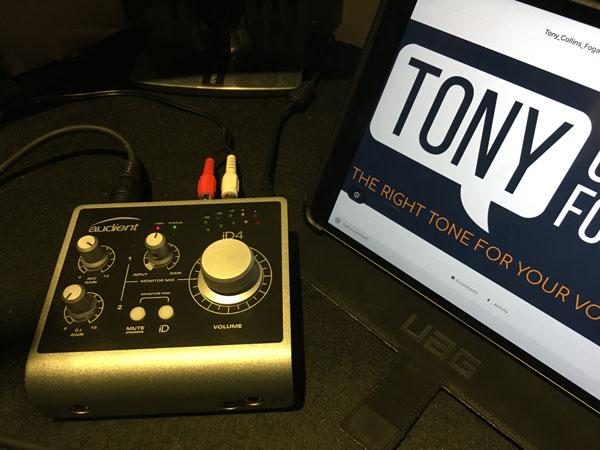 artiste voix-off britannique - studio distant - utilisant l'interface Audient id4.